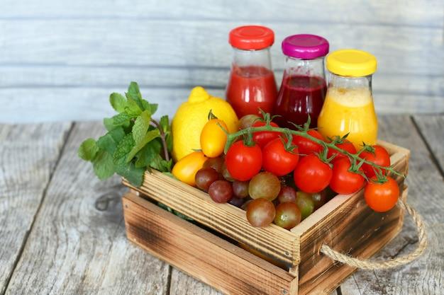 ヴィンテージの木製ボックスで果物と野菜のデトックスドリンク
