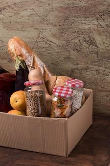 ボックスのハイアングルの果物と野菜