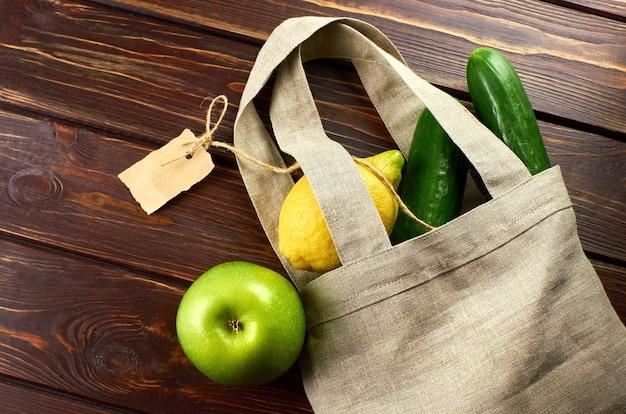 クラフト紙ラベル付きの再利用可能なリネンショッピングバッグの果物と野菜