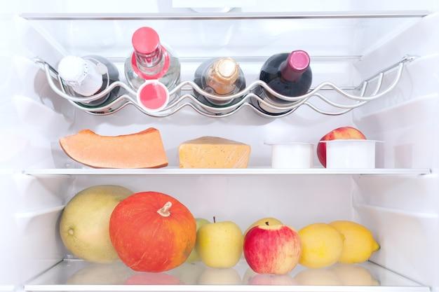 冷蔵庫の中の果物と野菜