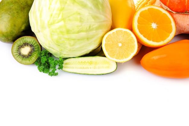 白で隔離の果物と野菜