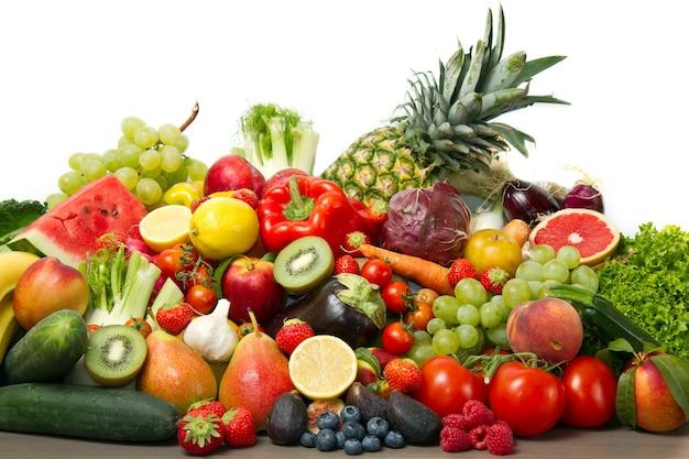 Фрукты и овощи, такие как помидоры, кабачки, дыни, бананы и виноград, собраны в группы, натуральный натюрморт для здорового питания