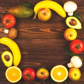 果物や野菜が並ぶ木製テーブルのフレーム。エコライフスタイル。