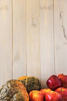 벽 근처 과일과 야채