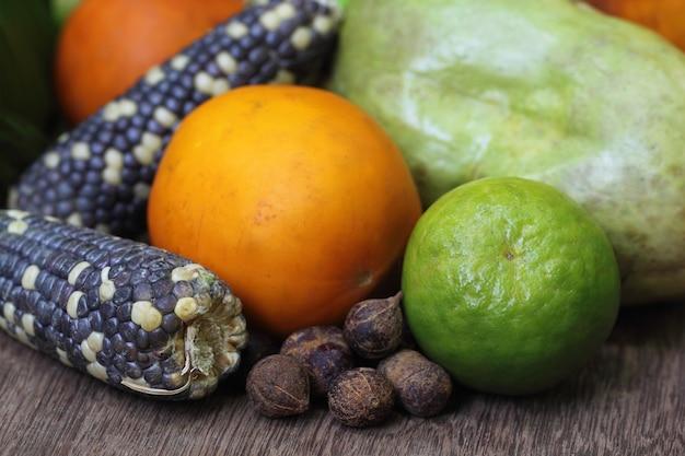 Фрукты и овощи выращивания джхум в горных районах бангладеш Premium Фотографии