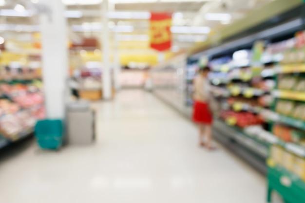Фрукты и овощи на полках в супермаркете размытия