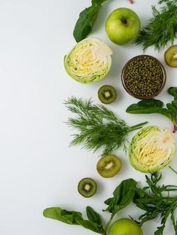 白い壁に果物と野菜。