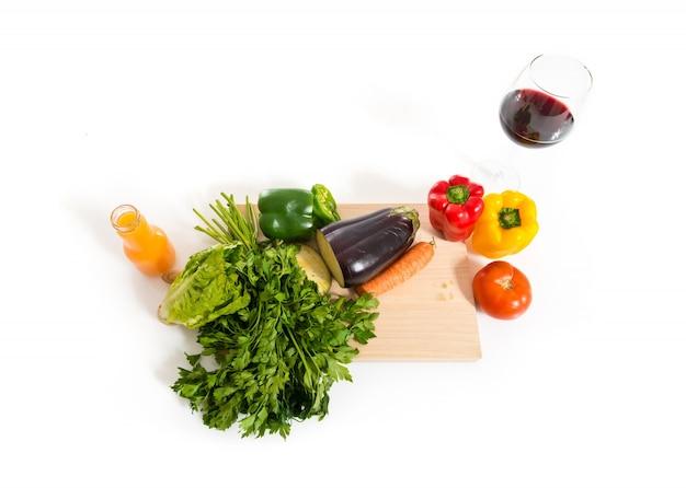 Фрукты и овощи на белом фоне