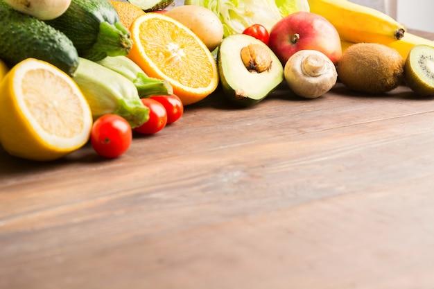 木製の背景の上の果物と野菜