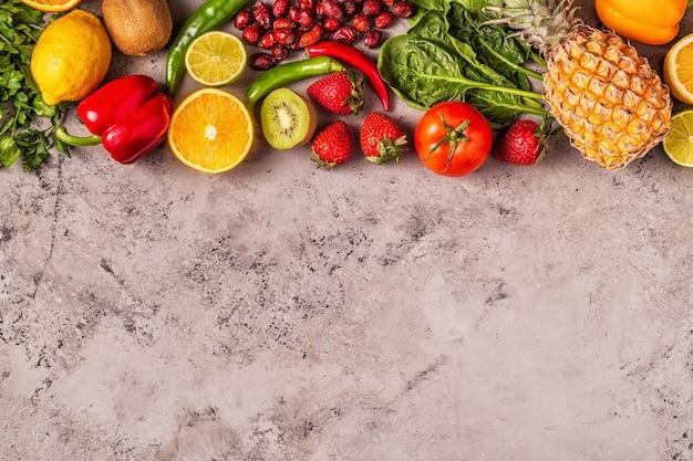 ビタミンcが豊富な果物と野菜。健康的な食事。上面図