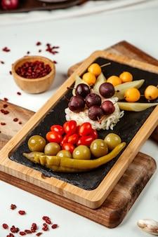 과일과 야채는 테이블에 설정