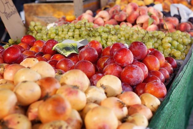 果物や野菜が市場のカウンターに広がる