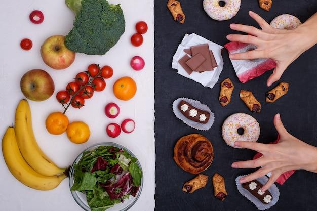 Фрукты и овощи против пончиков, сладостей и гамбургеров