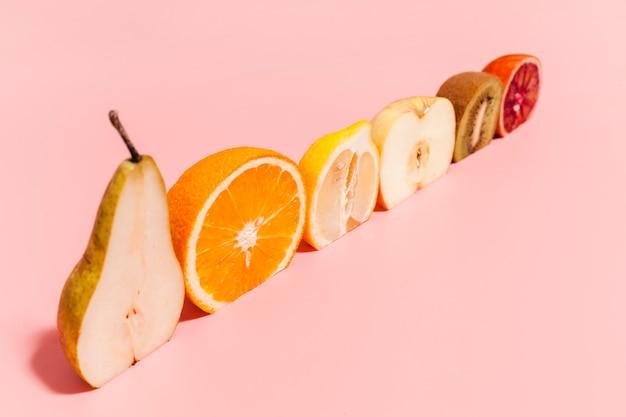ピンクの背景のフルーツアレンジ