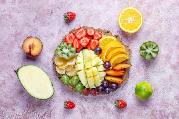 Piatto di frutta e bacche, cucina vegana.