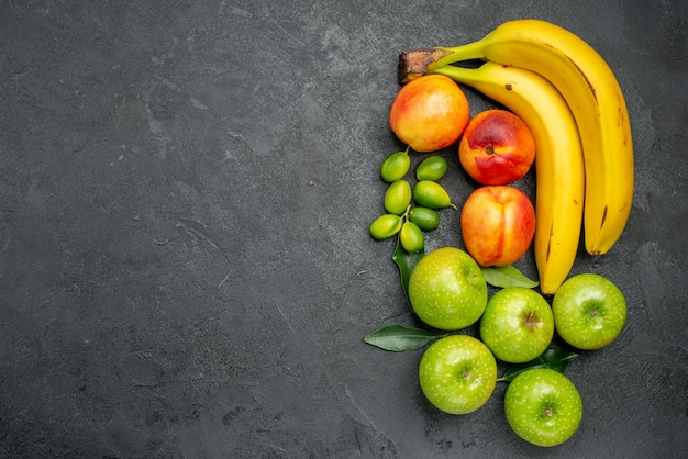 Фрукты цитрусовые фрукты зеленые яблоки с листьями нектарины и бананы