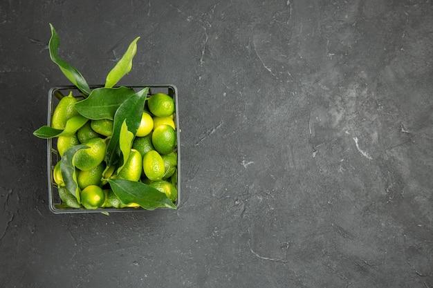 バスケットに緑の葉を持つ果物柑橘系の果物