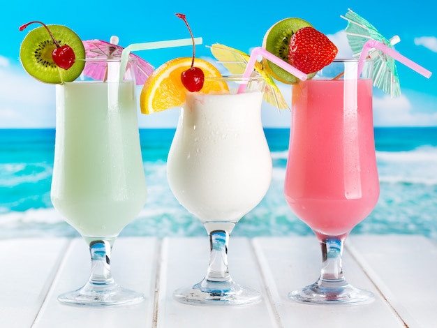 Фруктовые коктейли на пляже