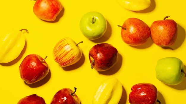黄色のテーブルの上の果物の組成。