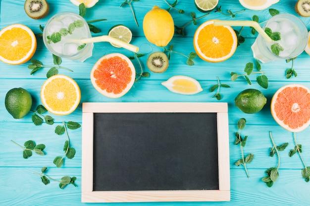 Frutta e bevande vicino alla lavagna