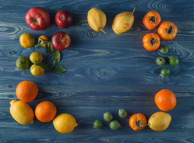 果物、フルーツサラダ-ダイエット、健康的な朝食、テキスト用のスペースとフレーム