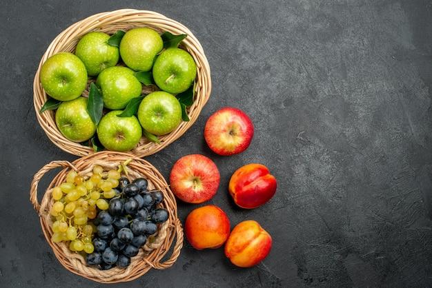 바구니 천도 복숭아와 포도 다발에 과일 녹색 사과