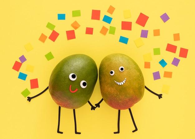 Frutti che si tengono per mano con confetii