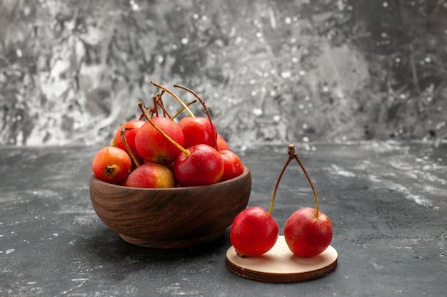 小さな木製のボウルに果物
