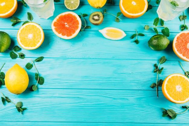 Frutta e menta vicino bevande