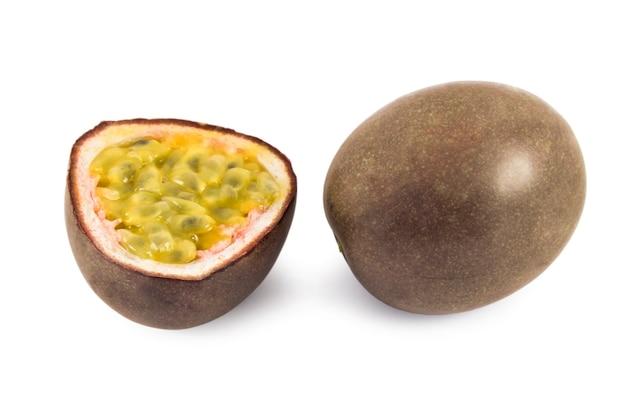 흰색 표면에 고립 된 열정 과일의 과일