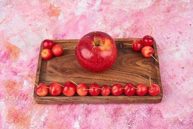 木製の大皿に果物。