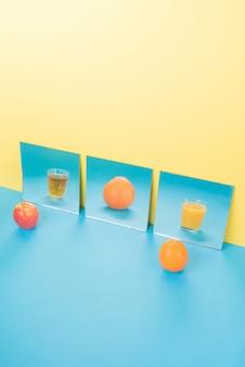 黄色に分離された青いテーブル上の果物