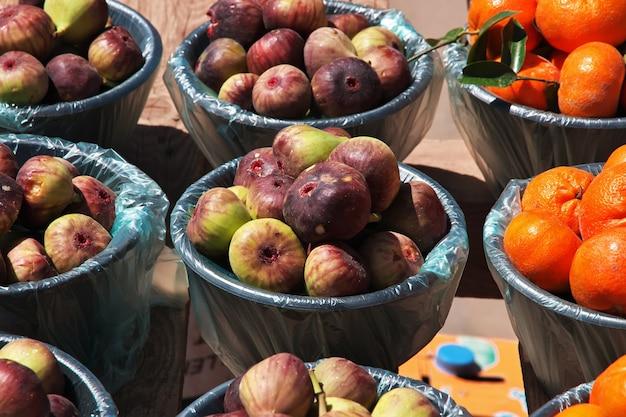 サウジアラビアの地元市場のアシル地域の果物