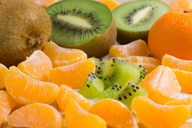 テーブルの上の果物。みかんとキウイ