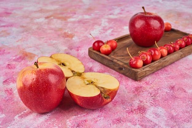 ピンクの木の板の上の果物。