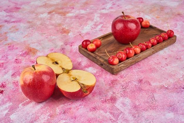 木製の大皿にフルーツ。