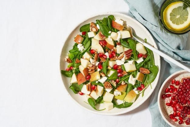 Фруктовый салат с орехами, сбалансированное питание, чистое питание. шпинат с яблоками