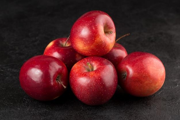 회색 책상에 과일 몇 가지 신선한 익은 빨간 사과