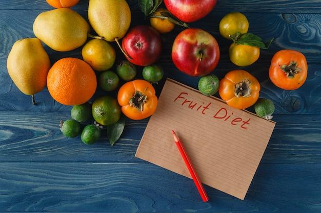 果物、野菜、木製の背景に食事でメジャーテープ