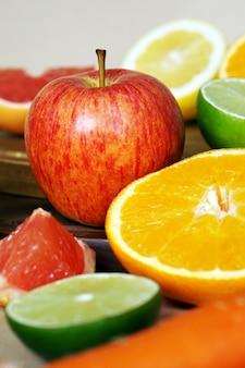 Frutta e verdura accostate l'una all'altra
