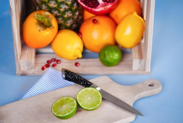 テーブルの上にチョッピングブロックとナイフで果物