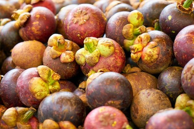 Frutta con foglie verdi
