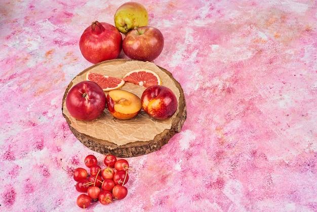 Frutta sul piatto di legno.