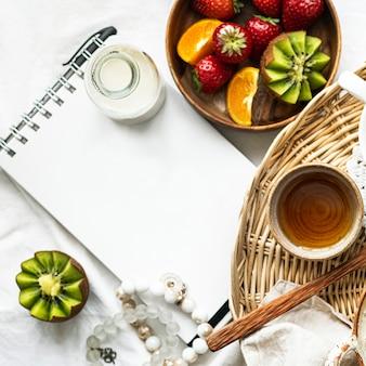 フルーティーな朝食はメモを脇に置いて