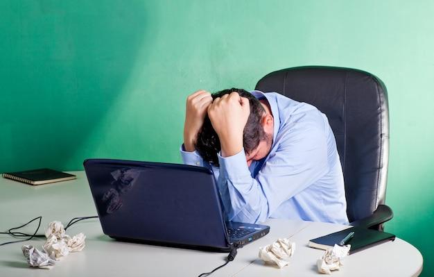 Разочарованный и отчаявшийся бизнесмен в своем офисе