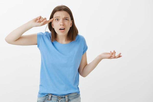 誰かが奇妙で狂っているのを叱る欲求不満で腹を立てている女性