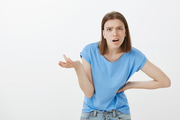 Расстроенная и рассерженная женщина ругает кого-то за странность или сумасшествие