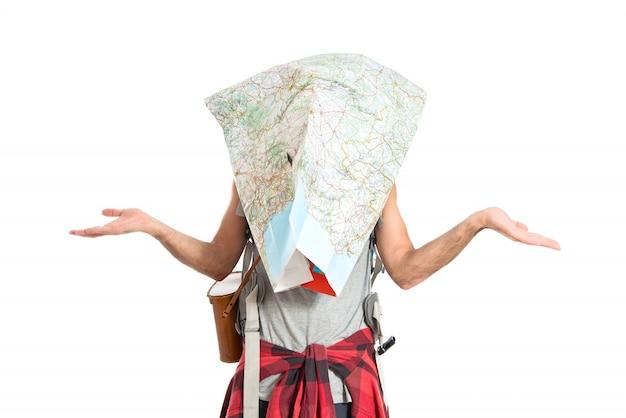 Разочарованный backpacker с картой на белом фоне
