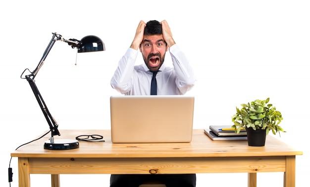 Uomo d'affari frustrato nel suo ufficio
