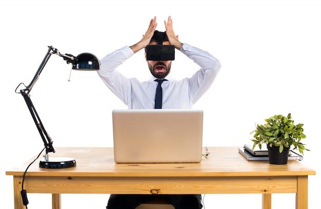 Разочарованный бизнесмен в своем офисе с помощью очков vr